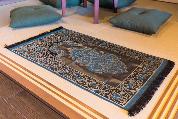 We provide Muslim guests with a prayer mat, a map for Kyoto Mosque, and other useful information such as halal food.